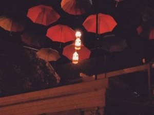 Οι ανοικτές κρεμάμενες ομπρέλες στα μπαλκόνια της Πάτρας γίνονται must!