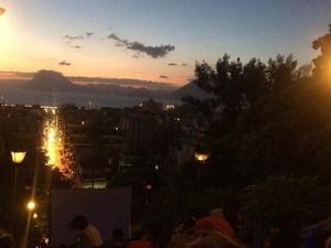 Γεμάτα από παρέες τα σκαλάκια της Αγίου Νικολάου στις προβολές του θερινού σινεμά