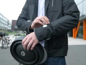 Το «έξυπνο» ποδηλατικό μπουφάν είναι γεγονός (video)