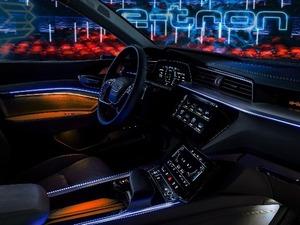 Αποκαλύφθηκε το διαστημικό εσωτερικό του Audi e-tron (video)