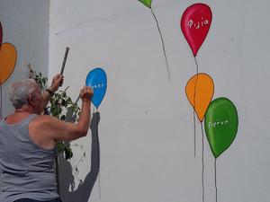 Οι ζωγραφιές του Γιώργου Κατσίποδου έχουν ομορφύνει τα σχολεία της Πάτρας (φωτο+video)