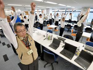 Οι Ιάπωνες γυμνάζονται στο γραφείο υπό τους ήχους μιας χαλαρής μουσικής (video)