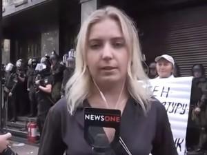 'Έλουσαν' Ουκρανή δημοσιογράφο με αυγά και σφαλιάρες (video)