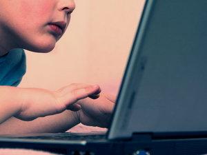 H εξάρτηση από τις οθόνες «εκφυλίζει» τον εγκέφαλο των παιδιών