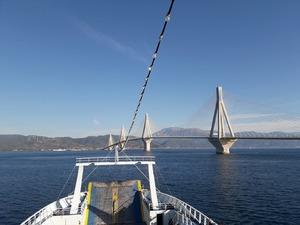 Χαζεύοντας τη Γέφυρα από τα φέρι μπότ (pics)