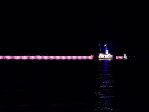 Σε κλίμα συγκίνησης ο Κυματοθραύστης της Πάτρας, φωταγωγήθηκε ροζ! (φωτο)