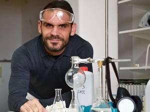 Η Χημεία τρομάζει και εσάς; - Ο Πατρινός καθηγητής που θα σας κάνει να την αγαπήσετε! (pics+video)