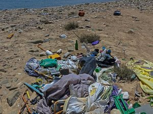Deutsche Welle: Οι ακτές στην Ελλάδα 'κινδυνεύουν' από τα σκουπίδια