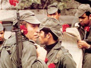 Σαν σήμερα 25 Απριλίου γίνεται η Επανάσταση των Γαρύφαλλων στην Πορτογαλία