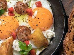 Αυγά στο τηγάνι με πιπεριές, σουτζούκι και φέτα