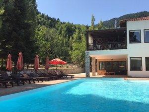 Το ξενοδοχείο Crystal Mountain προσλαμβάνει σερβιτόρο