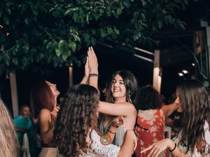 Πλαζ - «Ντύνει» τα βράδια μας με ελληνικές λαϊκές μελωδίες (φωτο)