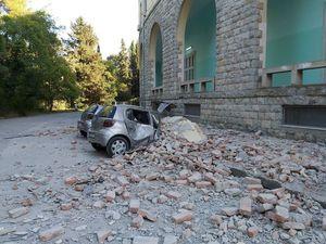Σεισμός στην Αλβανία: Τραυματίες και κτίρια κομμένα στη μέση (φωτο)