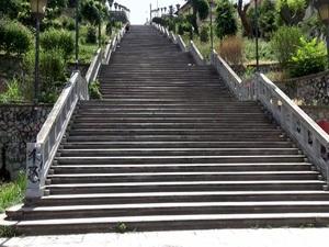 Τα σκαλοπάτια της Αγίου Νικολάου στην Πάτρα, όπως δεν τα έχετε ξαναδεί! (video)