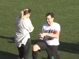 Χίος - Συγκινητική πρόταση γάμου σε γήπεδο (video)