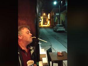 Ένας Έλληνας βρήκε την πατέντα για να καπνίζει σε εσωτερικό χώρο