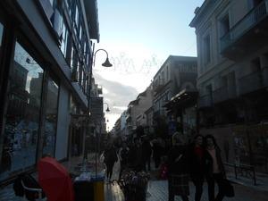 Πάτρα - Σε γιορτινό κλίμα η αγορά, ελπίζουν στην ανάκαμψη τα μαγαζιά