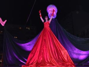 Το κόκκινο φόρεμα της φωτιάς και της αγάπης στην τελετή έναρξης (pics)