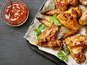 Ετοιμάστε φτερούγες κοτόπουλου με παρμεζάνα