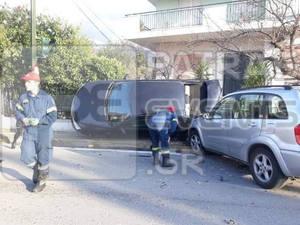 Απίστευτο τροχαίο στην Οβρυά Πατρών - ΙΧ 'σκαρφάλωσε' σε μάντρα (φωτο)