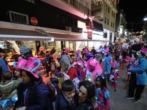 Βίντεο: Η νυχτερινή παρέλαση των μικρών στον πεζόδρομο της Ρήγα Φεραίου!