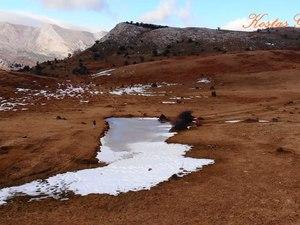 Η παγωμένη λιμνούλα σε οροπέδιο του Παναχαϊκού όρους (video)
