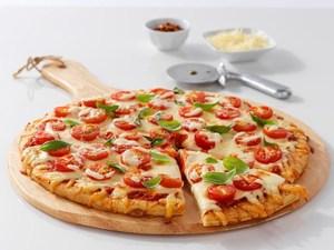 Homemade pizza με ντομάτες και μανιτάρια