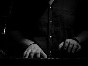 O aprovoli ετοιμάζεται για το νέο του τραγούδι - Δείτε το βίντεο