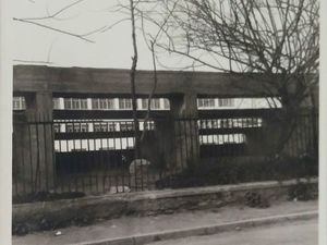 Πάτρα: Ο τσιμεντένιες κερκίδες του σχολικού συγκροτήματος που ξύπνησαν αναμνήσεις