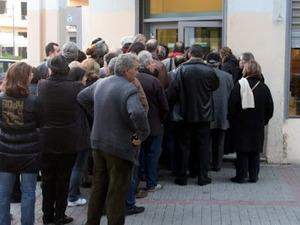 Πάτρα: 'Ουρές' σε τράπεζες και υπηρεσίες με αποστάσεις ασφαλείας