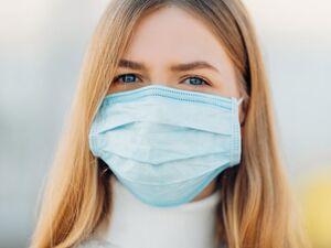 Έρευνα: Πότε είναι απαραίτητο να φοράμε μάσκα μέσα στο σπίτι