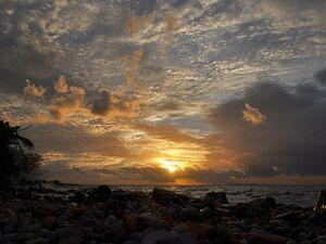 Στην Πάτρα, κάθε απόγευμα, η θάλασσα παίρνει... αγκαλιά τον ήλιο (φωτο)