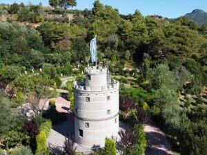 O... Λευκός Πύργος της Ναυπακτίας είναι από μπουκάλια - Δείτε βίντεο