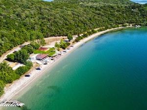Αιτωλοακαρνανία - 'Πετώντας' πάνω από την παραλία Παναγιά με τα υπέροχα νερά (video)