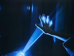 Η συχνή έκθεση στο τεχνητό μπλε φως, κινητών και υπολογιστών, συνδέεται με καρκίνο του εντέρου