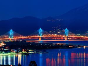 Η στιγμή που η Γέφυρα Ρίου - Αντιρρίου 'φοράει' τα καλά της! (video)