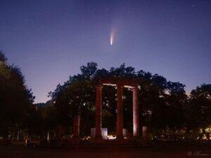 Ένας κομήτης 4.500 ετών μέσα στη νύχτα, πάνω από τον αρχαιολογικό χώρο της Ολυμπίας