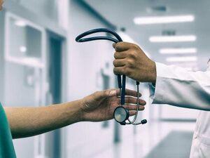 Έρχεται επίδομα για γιατρούς και νοσηλευτές