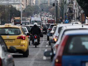 Lockdown: Αλλάζουν από Δευτέρα τα όρια επιβατών στα οχήματα