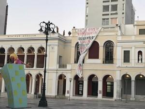 Πάτρα: Το τεράστιο πανό των φοιτητών 'ξέμεινε' στο Μέγαρο Λόγου και Τέχνης (φωτό)