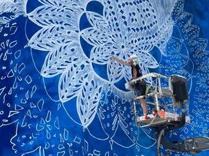 To έργο της NeSpoon στην Πάτρα εντυπωσιάζει στα social media (pics)