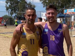 Δύο αθλητές της Ακαδημίας των Σπορ, ο Κανέλλος Γεωργίου και ο Αλέξανδρος Μπεκιάρης στο beach handball