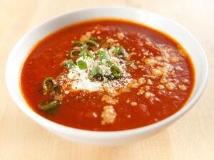 Πικάντικη ντοματόσουπα με δροσερό γιαούρτι