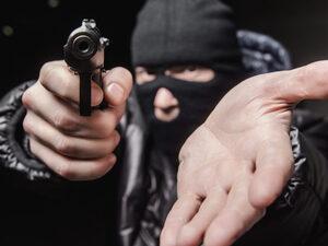 Αίγιο: Της έβγαλαν όπλο και μαχαίρι, τη χτύπησαν και της πήραν 400 ευρώ