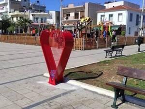 Κάτω Αχαΐα: Κόκκινοι κάδοι της αγάπης, σε σχήμα καρδιάς, για τη 'Φλόγα'!
