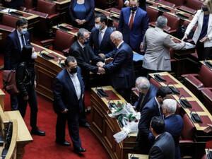 Συγκινητικές στιγμές στη Βουλή - Βουλευτές αγκαλιασμένοι θρηνούν για τη Φώφη Γεννηματά (φωτο)