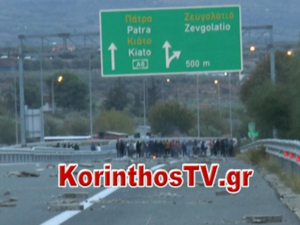Κορίνθου - Πατρών: Ρομά έκλεισαν τα διόδια στο Κιάτο - Ταλαιπωρία για τους οδηγούς (video)