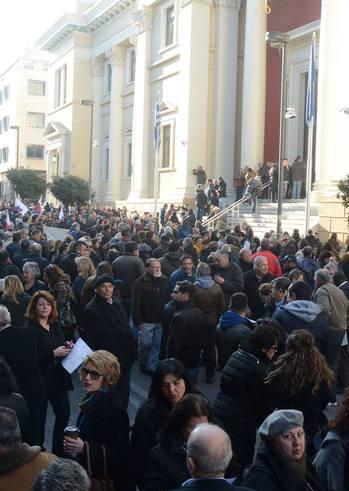 Συγκέντρωση στήριξης του Δημάρχου Πατρέων στο Δικαστικό Μέγαρο