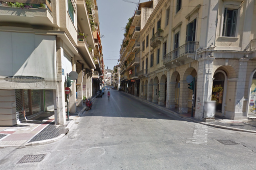 Πάτρα - 'Καβαλάνε' τα πεζοδρόμια της Κολοκοτρώνη για να μην κάνουν το γύρο του τετραγώνου!