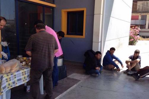 Πάτρα: Ο 'Άλλος Άνθρωπος' μοίρασε φαγητό στο Λαδόπουλο - Αυξάνεται ο αριθμός των μεταναστών